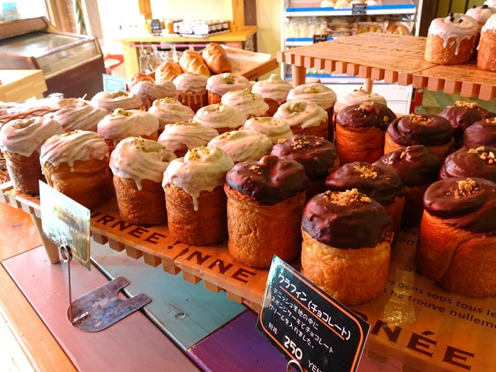 もちろんスイカパン以外のパンもとってもおいしい!ランチタイムにはお腹も満足できるボリュームたっぷりのパンや、デザートパンも種類が豊富。なかなかお会計まで進めません。