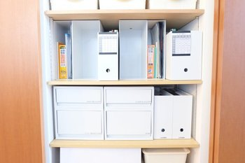 「ポリプロピレンファイルボックス・スタンダードタイプ」をたくさん並べて整理整頓。ひっくり返して縦にすれば、この通りブックエンド代わりにも使うことができます。
