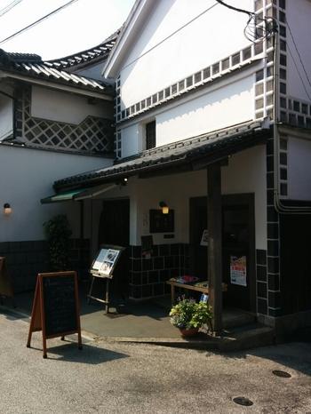 重厚で落ち着いた雰囲気の古民家カフェ「茶房 本通り 四季」。カレーとオムライスが人気のお店です。