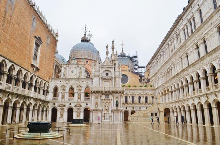「ドゥカーレ宮殿」はかつて、ヴェネチア共和国を治めていた、総督の居住地及び、政治の中枢があった建物です。今では、ヴェネツィア国際映画祭の会場としてお馴染みとなっていますね。