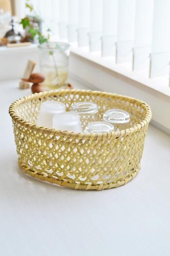 竹ざるは、食事や食材を乗せるだけでなくいろいろなシーンで使うことができますよね。グラスなど使用頻度が高いアイテムを見えるところに置いて見せる収納に。この上から布巾をかぶせてあげるのもいいですね。
