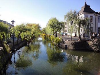 岡山といえば、やはり倉敷。倉敷美観地区は倉敷川沿いに物資輸送で栄え、塗屋造りや白壁土蔵造りの町家が並ぶ歴史ロマンあふれる町です。帆布などの織物やマスキングテープ発祥地としても有名。観光客や地元の人を問わず、何度でも訪れたくなる魅力的なスポットです。