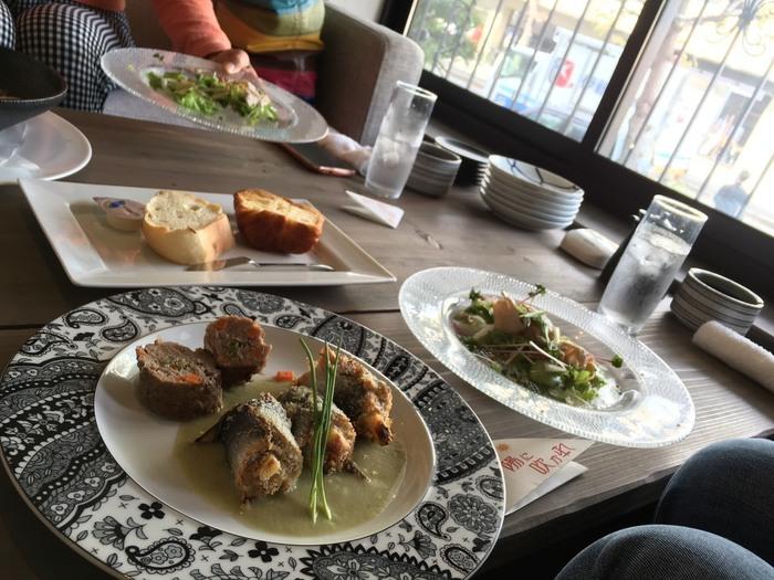ランチメニューも豊富で、パンやスープ、サラダ、ドリンクもついてボリュームも大満足♪それぞれの席が半個室のように区切られているため、周りを気にせずゆっくり楽しみたい人におすすめです。