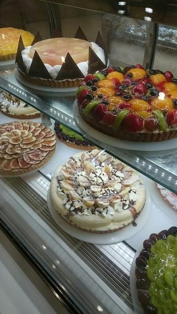 たくさんのケーキがあり、とくにフルーツを使ったタルトは人気!ランチタイムはサラダバイキングも楽しめます♪