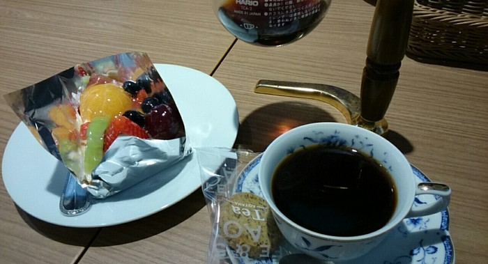 人気のフルーツタルト。コーヒーはサイフォンで提供されるため、2杯分くらいありお得です◎