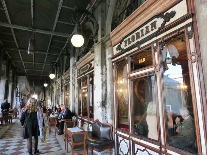 ベネチアの地に初めてコーヒーが伝わったのは1615年のこと。そして1645年、初めてこの地にカフェが誕生します。 東方貿易で栄えたベネチアは、カフェ文化発祥の地であり、コーヒーブームのきっかけを作った場所なのです。  実はサン・マルコ広場では、1720年に開業したカフェ『フローリアン』が、今もなお営業を続けています。ベネチアに現存するカフェの中で最も古いという、有名な老舗です。コーヒー好きならずともぜひ一度足を運んでほしい、ベネチアでおすすめのカフェです。