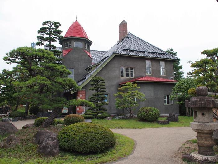 まるで絵本の世界から抜け出してきたみたいな可愛らしい建物。こちらは、1921(大正10)年に建てられた日本商工会議所初代会頭・藤田謙一の別邸で、弘前公園の隣にある藤田記念庭園にある洋館です。