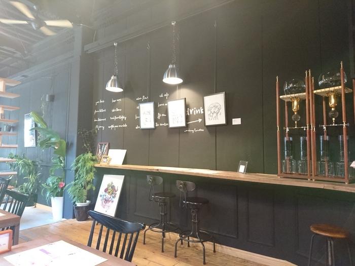 黒と木目のおしゃれな店内は、スイーツ店というよりバーのようなシックな印象です。