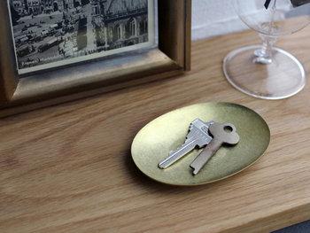 チェストの上の鍵やスマホも、こうした真鍮製のトレイなどを定位置にすれば、ごちゃごちゃしないばかりか無造作に置くだけで空間に素敵に馴染むし、お家の中で鍵が迷子になって遅刻ギリギリなんてこともなくなります。