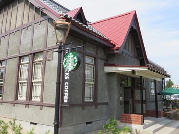 弘前城公園の前にある日本で2店舗目の登録有形文化財を利用したスターバックスコーヒーです。1917年に建設された木造建築で、終戦後は進駐軍司令官の宿舎として、その後は弘前市長公舎として使われていた国の登録有形文化財「旧第八師団長官舎」をリノベーションした建物です。
