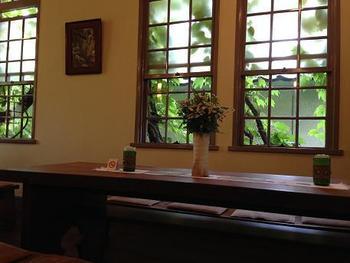 大正ロマンの雰囲気がただよう店内。木枠の窓や板張りの床で落ち着いた時間を過ごせます。