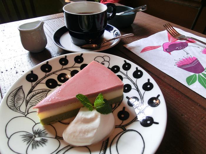 季節ごとに変わる濃厚なチーズケーキ。器やナプキンもおしゃれで、カフェタイムが楽しくなりそう♪