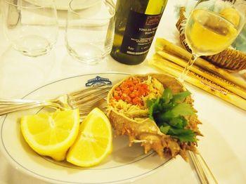 また、前菜におすすめなのが、クモガニのサラダ。蒸したカニをオリーブオイルやレモンと一緒にいただきます。