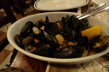 ムール貝、ホタテ貝、アサリなど、貝類も名物。白ワイン蒸しなど、シンプルな調理法のメニューが多いので、素材の美味しさを感じられます。