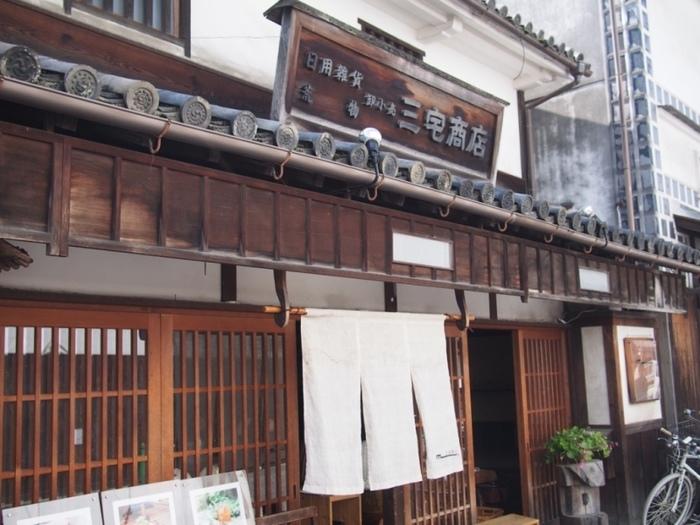 これぞ倉敷、といった、白壁に格子戸の江戸時代後期に建てられた町家。倉敷でランチなら、倉敷らしい建物で…という人におすすめです◎