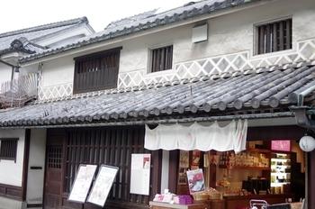 こちらも格子窓と白壁の町家カフェ「くらしき桃子」。岡山フルーツを堪能したいならぜひこちらでひと息入れましょう♪