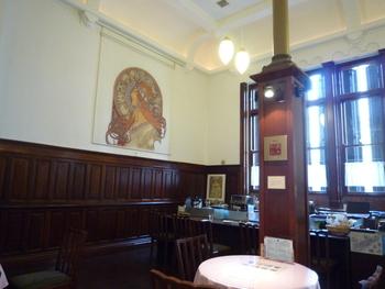 啄木の処女詩集から名前をとった「喫茶あこがれ」は、元は銀行の「営業室」でした。落ち着いた重厚なインテリアのなかで、静かなカフェタイムを楽しめます。