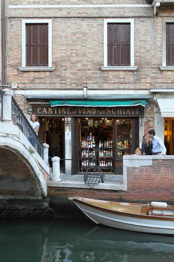 ちなみに、筆者一押しのバーカロは「カンティノーネ ジャ スキアーヴィ(Cantinone Gia Schiavi)」。ワインはもちろん、カナッペやブルケッタなどのフードが評判です。お店が運河に面しているので、美しい夜景を肴にお酒を楽しむことも◎   そのほか、レストラン並みに食事メニューが充実しているバーカロがあったりと、それぞれ個性豊か。ぜひハシゴを楽しんでみましょう。