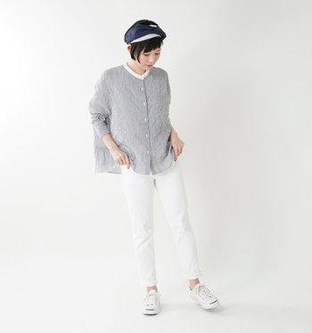ストライプブラウスにホワイトデニムを合わせた爽やかなスタイリング。体型をカバーしつつ脚をキレイに見せてくれる程よいスリムフィットなサイズ感が◎さらに、裾をロールアップして足首を見せることですっきりとした着こなしに。