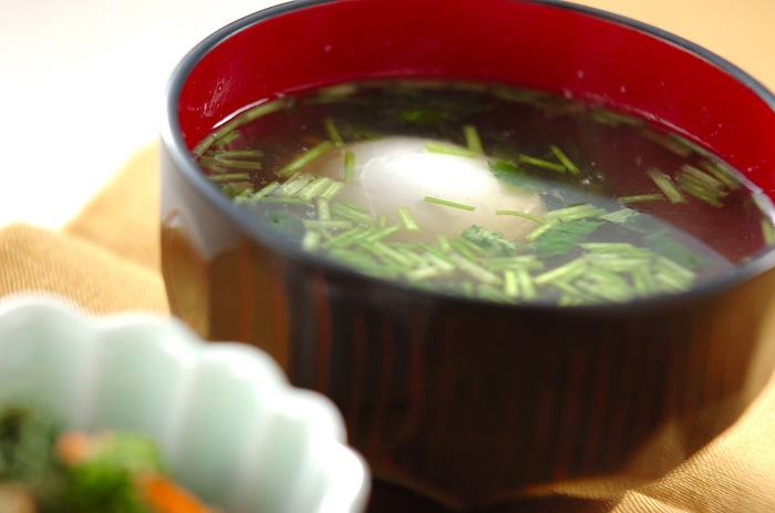 温泉卵をお吸い物の具として活用したという面白いレシピです。アツアツの汁に入れると、どんどん火が入っていってしまうので、食べる直前に器に盛りつけ、できるだけはやく食べるように勧めるのがポイントになります。