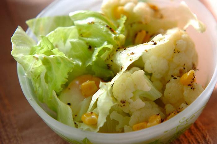 シンプルなサラダに温泉卵をアレンジすると、いきなりデリ風の仕上がりにグレードアップ。やわらかな白身と黄身を合わせながらいただくと、卵がドレッシングのようなはたらきを見せてくれます。