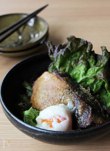 ぶりの山椒味噌焼きという和風なテイストにも温泉卵はよく似合います。白と黄色が入ることで、うつわの中がぱっと華やぎますね。