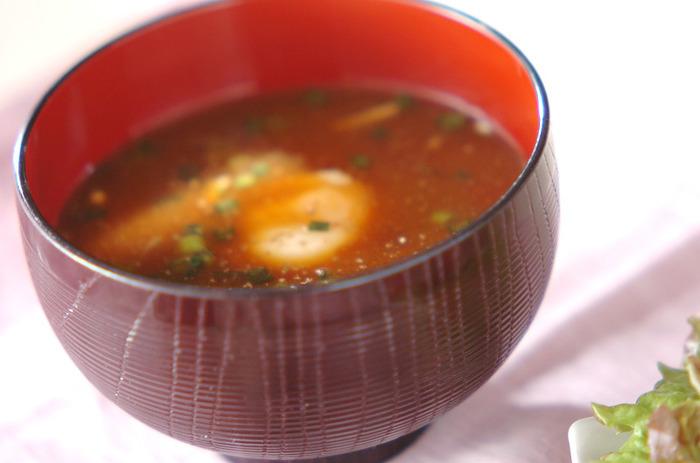 濃厚なコクと旨みの強い赤だしにも温泉卵はよくマッチします。汁の部分のお味が強めなのですが、温泉卵が入ることでぐっとまろやかに、飲みやすくなります。