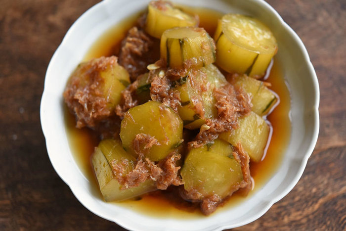 ●キュウリの直煮 カツオ節を直接鍋に入れて作る直煮。温かいうちに食べるのはもちろん美味しいのですが、冷えても美味しい……というのを超えて、冷やして食べると別の美味しさを楽しめます。冷蔵で3日ほど日持ちしますよ。
