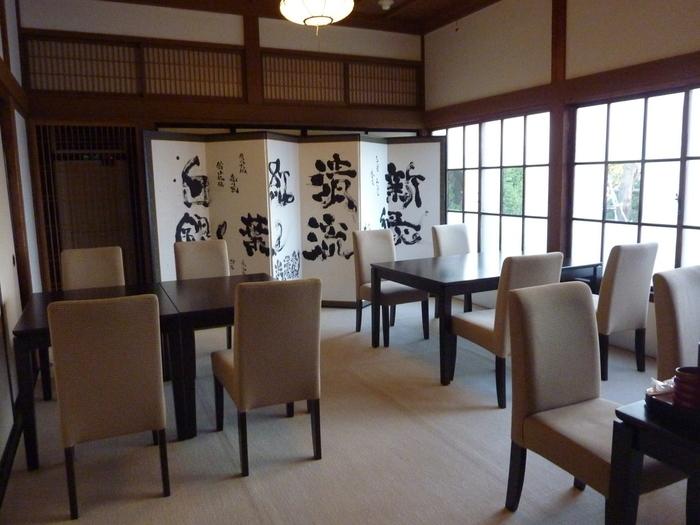 和カフェ「茶房」は、和と洋がミックスしたような素敵な空間。お部屋によってはお庭を眺めながらゆっくり過ごすこともできるのだそう。