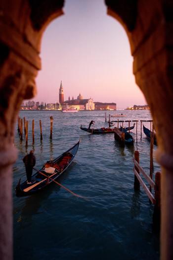 ゆったりとした時間が流れる、水の都「ヴェネチア」。  観光ゴンドラにのってこのような芸術性あふれる街並みと出会い、そして、おいしいカフェラテやシーフード料理をいただけば、心も体もエネルギーチャージできるはず。  滞在に余裕があれば、さらにベネチアングラスで有名なムラーノ島へ足を運ぶのもおすすめです。   せわしない毎日にちょっと疲れたら、自分へのご褒美として、「ヴェネチア」でのんびりバカンスを過ごしてみませんか。
