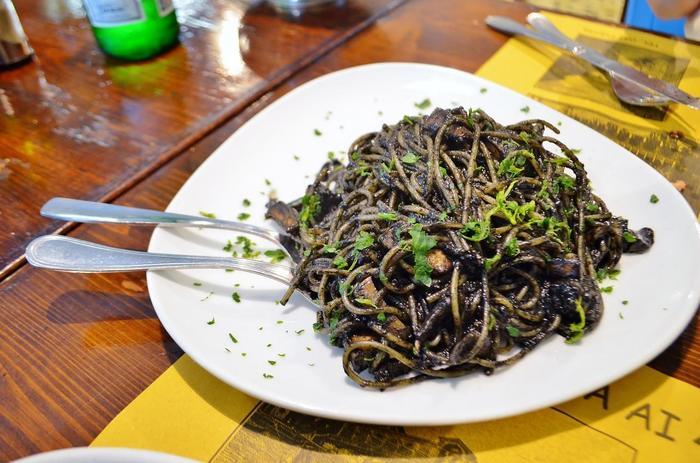 ヴェネチアを訪れた際、絶対に外すことのできない一品といえば「イカスミパスタ」。イカスミをはじめ、玉ねぎ、ニンニク、唐辛子など、材料はシンプルですが、絶妙な味わい!