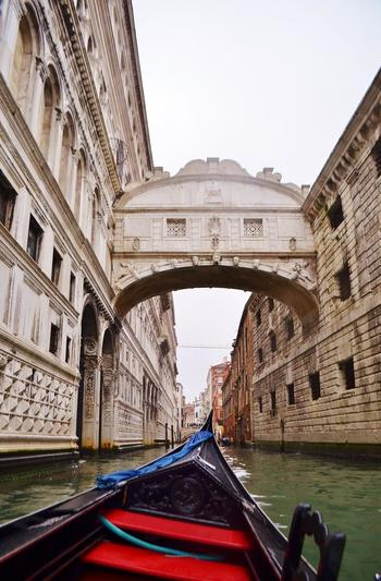 今回は、この「ベネチア」でゆったりと大人の時間を過ごす、旅のスタイルをご提案します。  歴史建築から芸術性に触れてみたり、クラシカルなカフェで地元の食文化を体感したり――。  ノスタルジーに満ちたベネチアでの滞在は、あなたにとって最高のバカンスを約束してくれるはず。