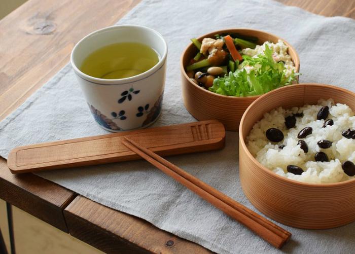 スープだって箸で食べてしまう日本人。箸を使う習慣があるアジア諸国の中でもすべてのメニューを箸だけで食すのは日本だけだともいわれています。また「マイ箸」を持つことも日本独特。 私たち日本人はどの国の人たちよりも箸に馴染み、箸に対する意識が高いのです!