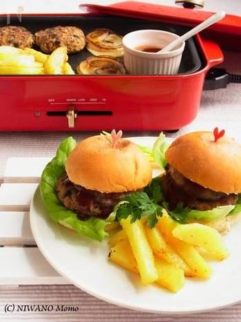 子供が大好きなハンバーガー。ホットプレートのいいところは出来立てアツアツをすぐ食べられるところなので、バンズもしっかり温めてカリッとした食感を楽しむ事ができます。