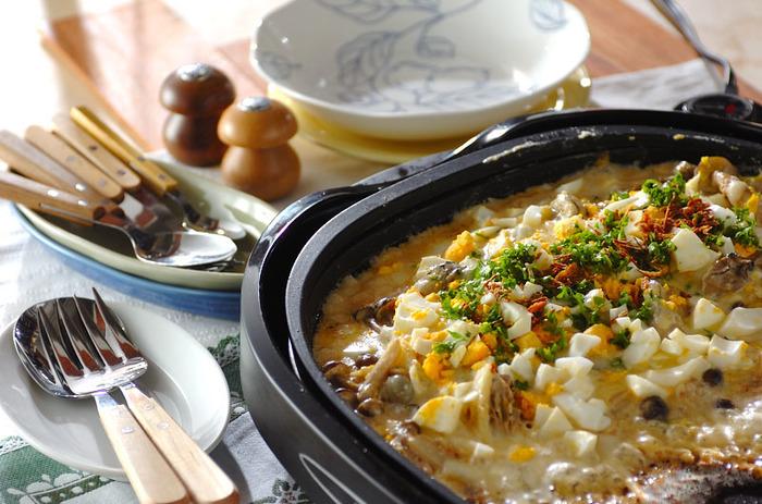 子供が大好きなカレーにひと手間加えてカレーグラタンに。ここでは白菜と生ガキを使っていますが、ほかの野菜とシーフードなどに代用しても美味しくできますよ。