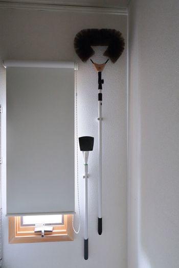 ほうきやモップを玄関前やリビングのクローゼットへ無造作に入れている方も多いと思いますが、クローゼットの壁にフックで吊るすと倒れてくるストレスがなく快適です。ウォーキングクローゼットの中のお掃除もお忘れなく。