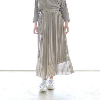 上品な光沢感があり、動くたびに揺れるプリーツが女性らしい印象のスカートです。落ち感のある滑らかな縦ラインが下半身をすっきりと見せ、ウエストゴムで快適な着心地に。