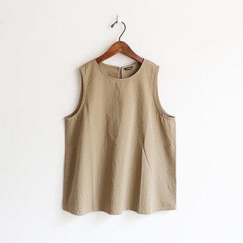 ほどよいコシと柔らかさのある生地感で、上品な光沢感のある「mature(マチュア)」のスリーブレスシャツ。ステッチを極力減らし、シンプルなディテールを心がけて作られています。