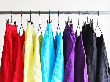 透けが気にならないように、同系色のペチコート付き。カラーは、レモン、レッド、ターコイズ、パープル、ブラックの5色展開です。