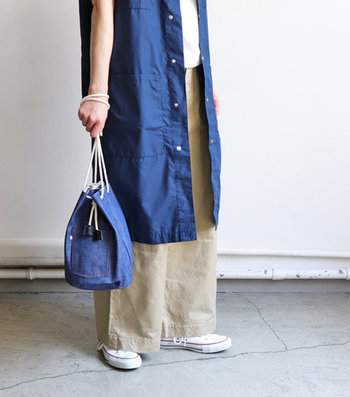 デニムをメインに展開するブランド「WESTOVERALL((ウエストオーバーオールズ)」の、デニムボックスバック。デニムパンツのバックポケットをイメージしてデザインされた巾着型のバッグです。肩掛けや斜め掛けに、紐の長さを調整できるのでコーデやシーンに合わせて印象を変えて持つことができます。