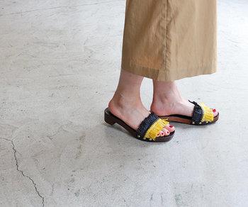 安定感のある、程よいヒールが女性らしさを演出。ウッドソールの裏はラバー仕様になっているので、安心して履けるのも嬉しい。夏らしい「カーキ×ベージュ」と「マスタード×ブラック」の2色のご用意です。