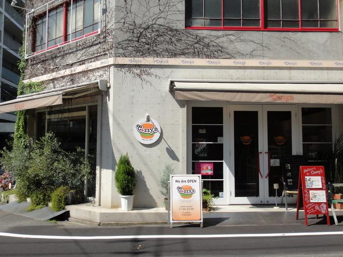 後楽園から徒歩10分強。岡電城下町駅からすぐの「コージーズ」はグルメバーガー好きにも認められるバーガーショップです。