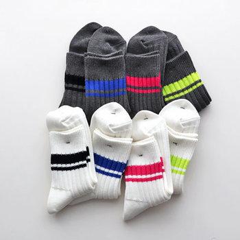やや短めのアンクル丈ソックスに、パキッとした色のラインが引かれたラインソックス。コットンスラブ糸に和紙の糸をブレンドした生地は、丈夫で通気性も良く、ムレにくいのが特徴です。カラーは、コーデのポイントになるホワイト系4色、グレー系4色の全8色をご用意。S~Lまでの豊富なサイズ展開も、プレゼントとしてもおすすめできる一品です。