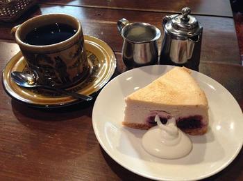 コーヒーのお供には、ダークチェリーのチーズケーキがおすすめ。しっとりしておいしいです◎