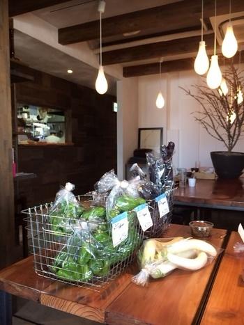 農薬や化学肥料などをできる限りおさえて育てられた自然農法の野菜を使用。店内では野菜やパンの販売もされています。