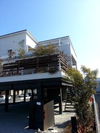 北長瀬駅から500mほどの距離にあるカフェ「アリアドネ.」お子さま連れに優しく、オープンテラスはペットも一緒に楽しめる素敵なカフェです。