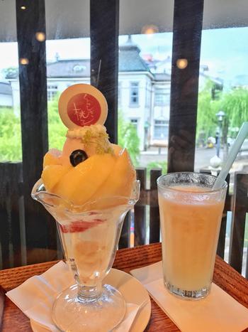 岡山といえばやはり桃。4月下旬から7月上旬頃まで、倉敷本店のみで食べられるハウス桃のパフェは大人気!岡山の旬を堪能しましょう♪