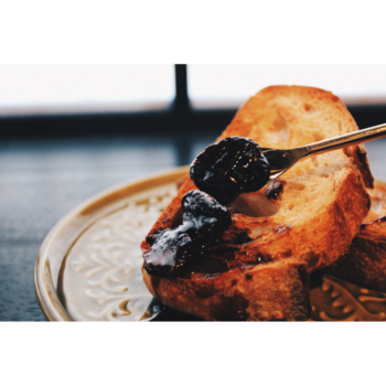■焼きいちごバルサミコジャム 流通が困難と言われている佐渡産イチゴを100%使用した贅沢なジャム。オーブンで焼き上げることで旨みが凝縮され、まるで極上スイーツのような味わいに。