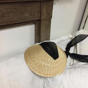 リラックス感のある帽子ですが、オーガンジーのリボンが品の良さを感じます。ワンピース等を合わせて抜け感を出したスタイリングを楽しんで。
