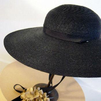 またリボンがついているので、あごの下や首の後ろで結べるようになっています。機能性を兼ね備えた、美しいデザインの麦わら帽子です。